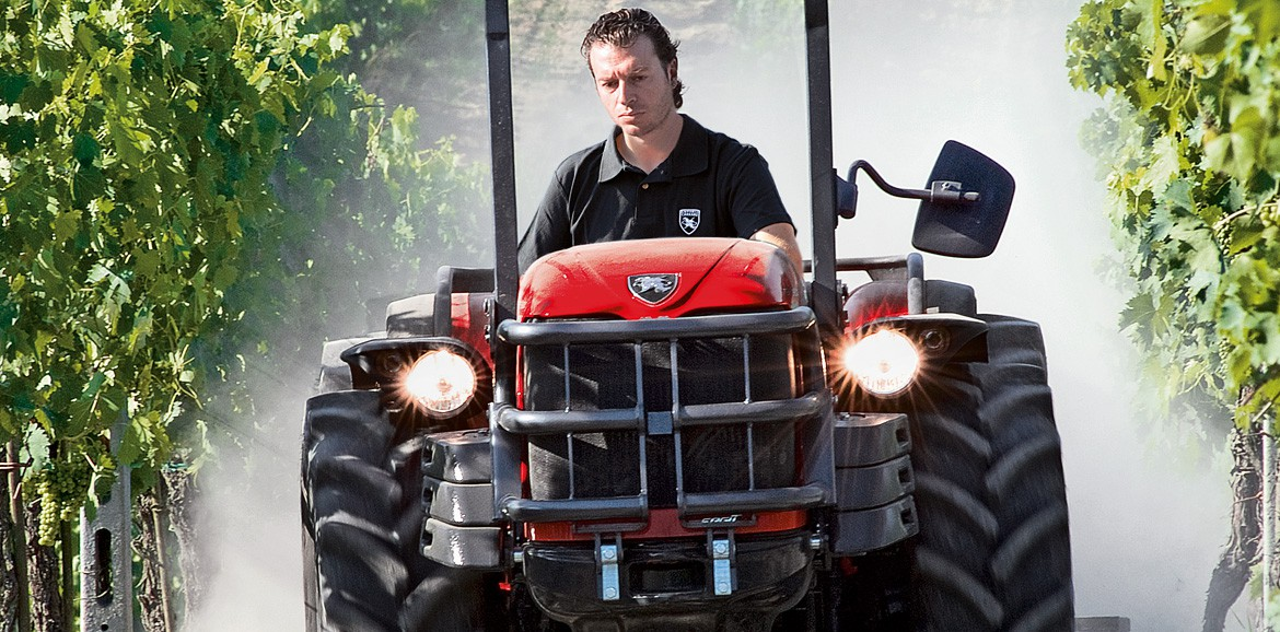 Antonio Carraro TGF Ergit S, single-direction tractor with differentiated steering wheels.