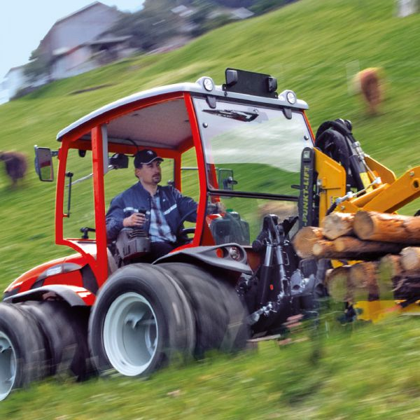Tractor with integrated lifting - hydraulic system
